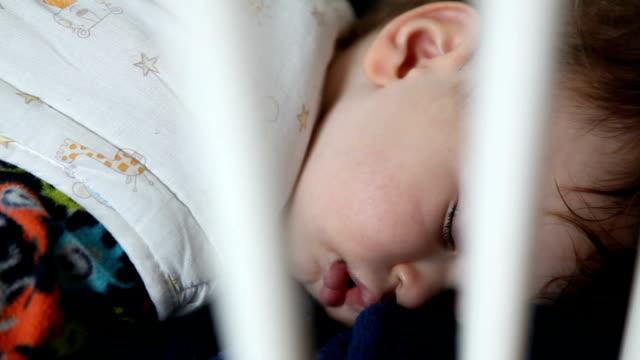 小さな2-3 前の子供は彼のベッドの家で眠っている - 2歳から3歳点の映像素材/bロール