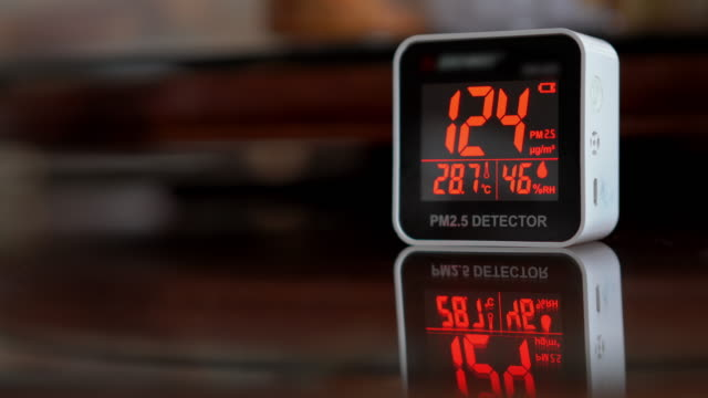 stockvideo's en b-roll-footage met kleine luchtkwaliteit monitor pm 2.5 luchtdetector met knipperend rood signaal in gevaar - kwaliteit