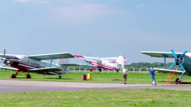 小さな飛行機が空に飛び立つ。 - プロペラ機点の映像素材/bロール