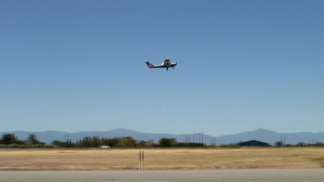 vídeos de stock, filmes e b-roll de ws, pan, small airplane taking off from runway, red bluff, california, usa - muito pequeno