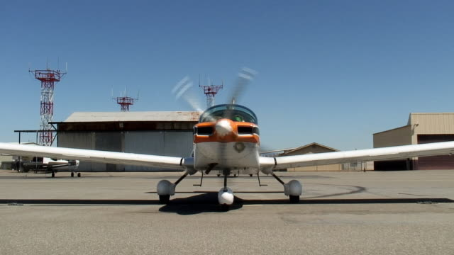 ms, small airplane with spinning propeller on tarmac, red bluff, california, usa - hangar stock-videos und b-roll-filmmaterial