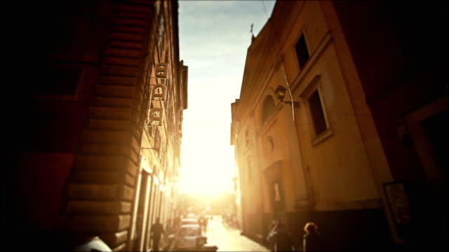 stockvideo's en b-roll-footage met small alley in the center of rome with bar sign - italië