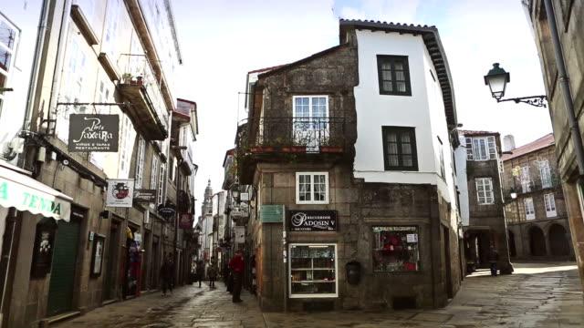 vídeos y material grabado en eventos de stock de small alleys  of santiago de compostela, spain - camino santiago