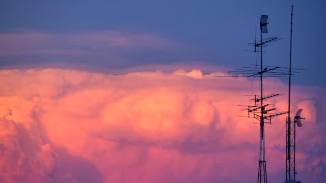 kleine antenne, gewitterwolken hintergrund. - radioaktive strahlung stock-videos und b-roll-filmmaterial
