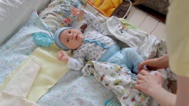 vídeos y material grabado en eventos de stock de pequeño bebé en la mesa para cambiar pañales - cambiar pañal