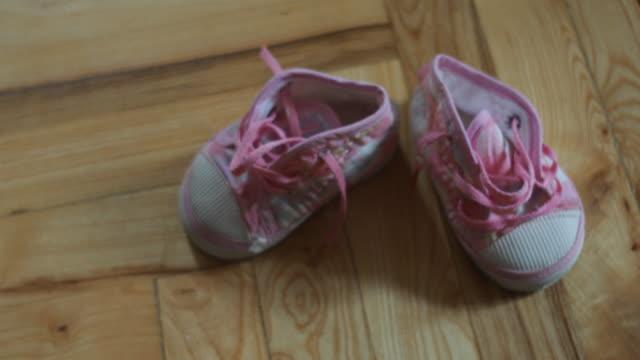 小さなベビーシューズ - 赤ちゃんの靴点の映像素材/bロール