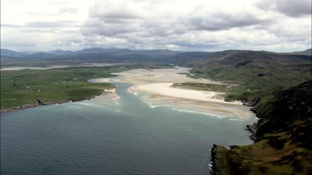 小さな湾にドニゴールの西海岸-航空写真-アルスター、ドニゴール、アイルランド - アルスター州点の映像素材/bロール