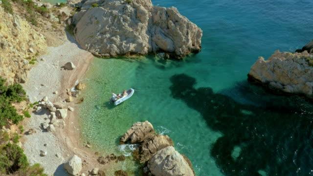 AERIAL kleines Boot von wilden Strand verankert