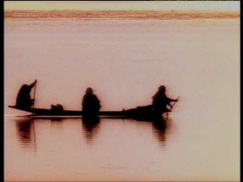 stockvideo's en b-roll-footage met small boat floating on river with silhouettes of rowers and passenger kashmir - sepiakleurig