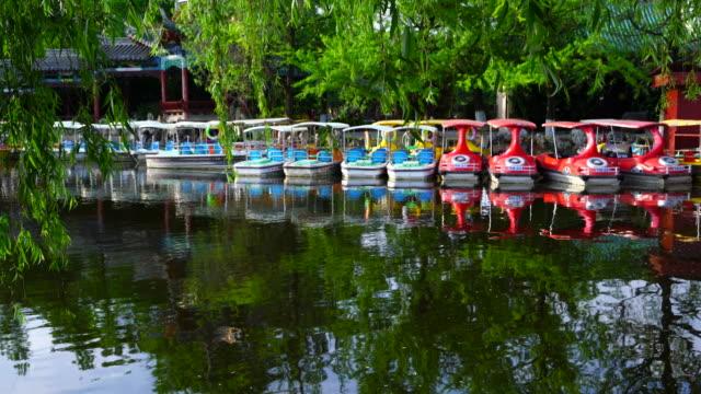stockvideo's en b-roll-footage met small boats in green lake park - waterfiets