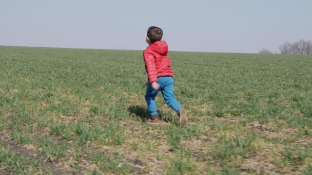 kleiner junge im freien hüpfen - nur jungen stock-videos und b-roll-filmmaterial