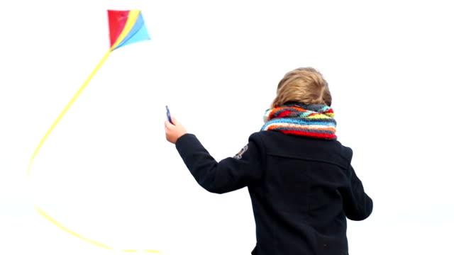 stockvideo's en b-roll-footage met ms small boy playing with kite - alleen jongens