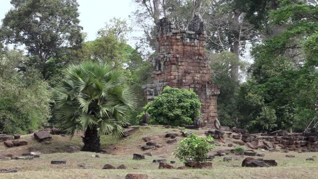 vídeos de stock, filmes e b-roll de ws small building and rubble of ruins amongst tropical plants / siem reap, siem reap, cambodia  - arbusto tropical