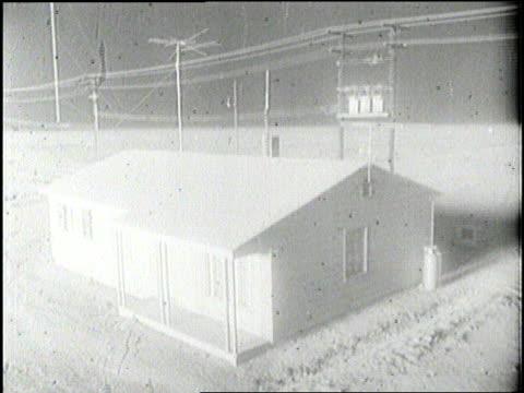 vídeos de stock, filmes e b-roll de a small building explodes during a nuclear weapons test - nuvem cogumelo