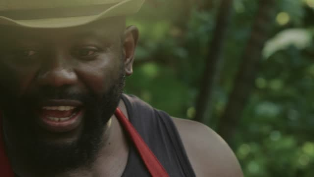 vidéos et rushes de petite entreprise à countryside house: amis ayant une partie barbecue dans la nature - noir américain