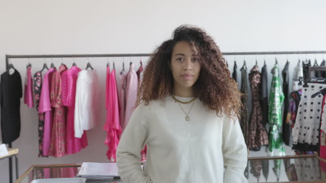stockvideo's en b-roll-footage met het portret van de kleine bedrijfskledingwinkeleigenaar dat camera bekijkt - afro amerikaanse etniciteit