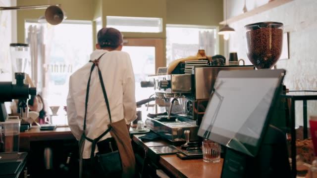 vidéos et rushes de petite entreprise de café rétro - noeud papillon blanc