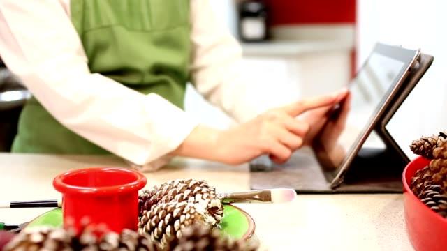 Kleinunternehmen Eigentümer für Weihnachten Kunsthandwerk verkaufen.