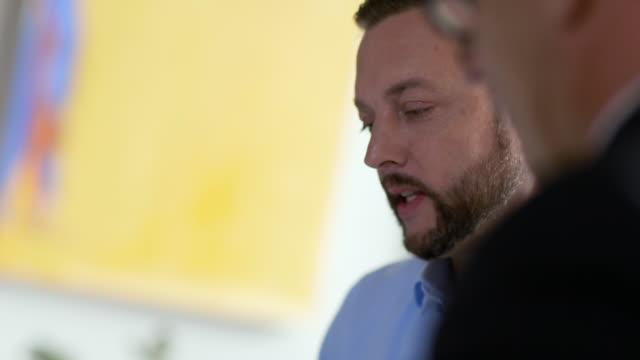 vídeos y material grabado en eventos de stock de small business owner meets with financial advisor in restaurant - gerentes de empresa