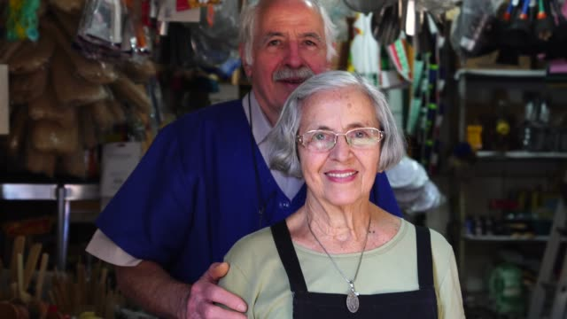 stockvideo's en b-roll-footage met small business eigenaar senior paar portret - buiten de vs