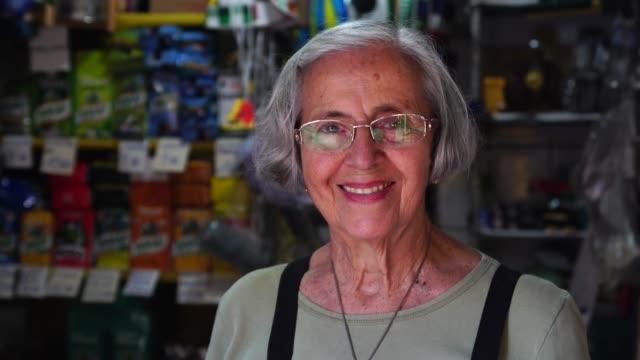 vídeos y material grabado en eventos de stock de pequeña empresa propietario senior mujer retrato - tendero