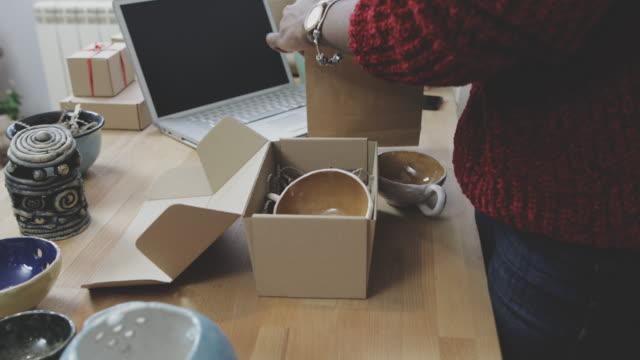 stockvideo's en b-roll-footage met eigenaar van kleine bedrijven - merchandise