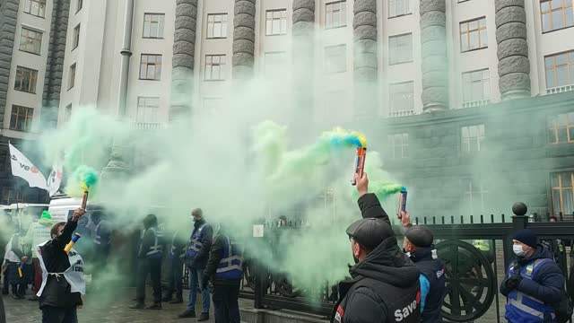 vidéos et rushes de small business owners staged a protest in capital kiev on monday to protest the new lockdown measures in place to limit the spread of the coronavirus... - ukraine