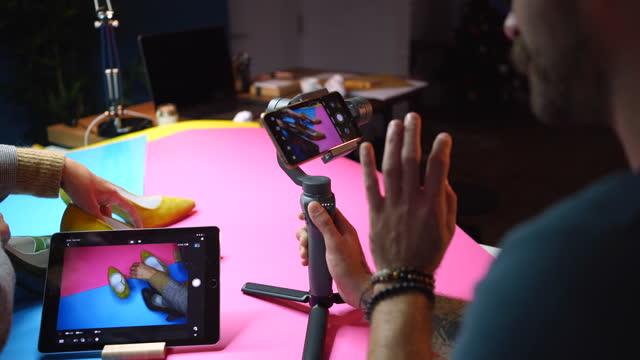 中小企業の経営者は、ソーシャルメディアのために自分のビジネスについてブログを書く - photo messaging点の映像素材/bロール