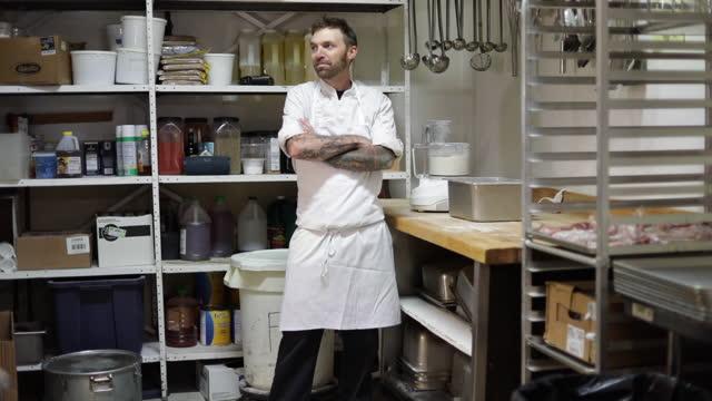 vidéos et rushes de small business restaurant owners - tatouage