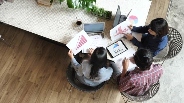 会社計画の創造的な会議を小さなビジネスを開始 - 代表点の映像素材/bロール