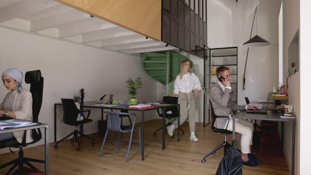 vidéos et rushes de équipe de petite entreprise au travail dans le bureau - vêtement religieux