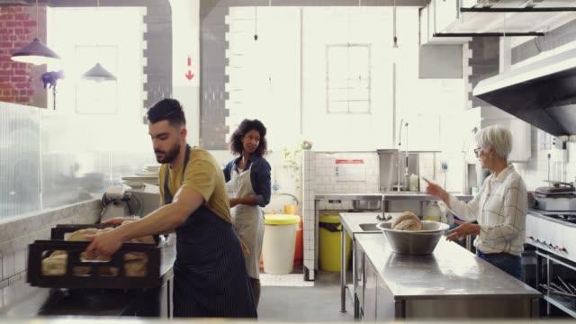 vídeos de stock, filmes e b-roll de pequenas empresas prosperam no trabalho em equipe - barista