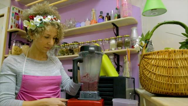 vídeos de stock e filmes b-roll de small business-smoothie and juicy shop - lichia