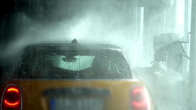 liten bil i biltvätt cinemagraph - biltvätt bildbanksvideor och videomaterial från bakom kulisserna