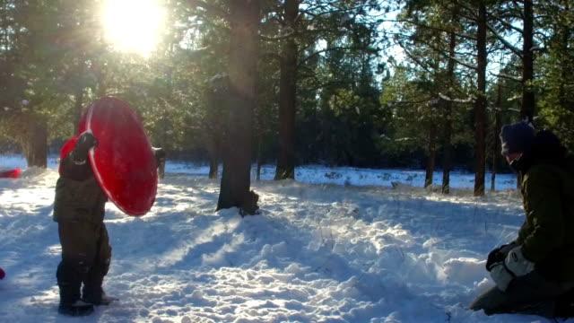stockvideo's en b-roll-footage met klein kind spelen in de sneeuw met zijn vader in de winter - hawaiiaanse etniciteit