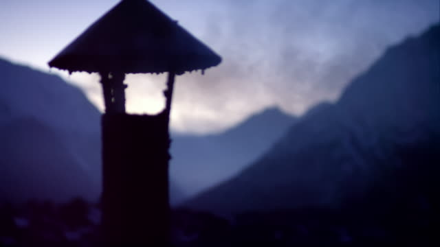 vidéos et rushes de small chimney with smoke in the himalaya - cabane structure bâtie