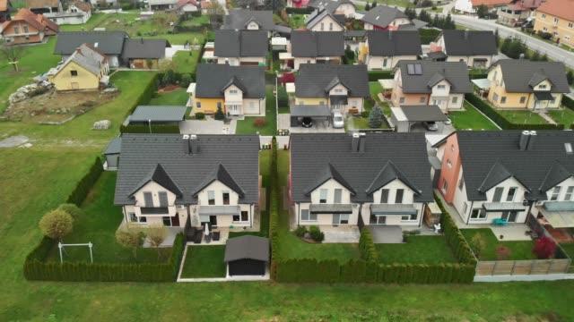 kleine gemeinde - häuser familie auf dem land - nachbar stock-videos und b-roll-filmmaterial