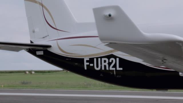 vídeos y material grabado en eventos de stock de pan small commuter plane on a runway - formato buzón