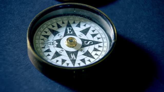 cu small compass gently turning / melbourne, victoria, australia - kompass stock-videos und b-roll-filmmaterial