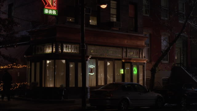 vidéos et rushes de ms td small corner bar or restaurant on city street / unspecified  - coin