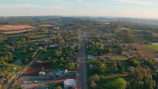vídeos de stock, filmes e b-roll de pequena cidade do interior - olhando para cima