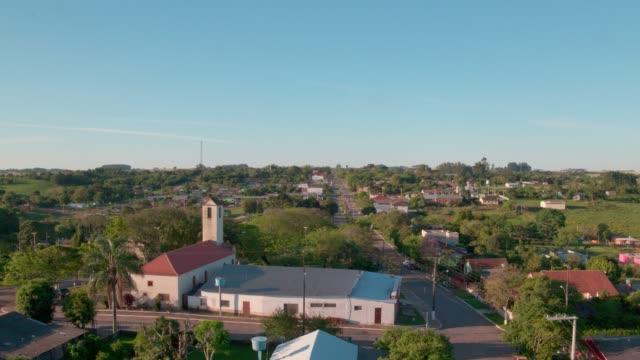 vídeos de stock, filmes e b-roll de pequena cidade do interior - cena rural