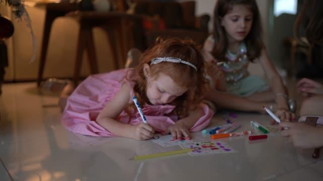 家でサンタに手紙を書く小さなかわいい女の子 - クリスマスカード点の映像素材/bロール