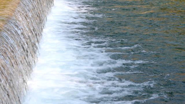 vidéos et rushes de petit barrage avec des rapides de l'eau qui coule, 4k. - énergie hydrolienne