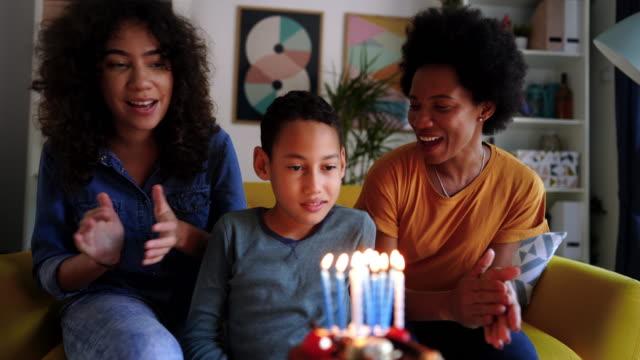 kleine familiengeburtstagsparty während der pandemie - 18 19 jahre stock-videos und b-roll-filmmaterial
