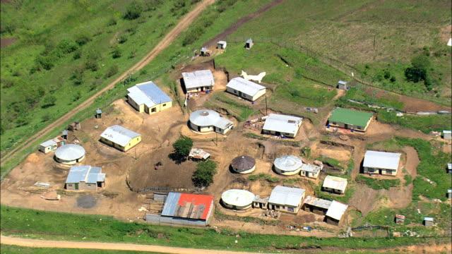 vídeos de stock e filmes b-roll de small farms in valley of a 1000 hills  - aerial view - kwazulu-natal,  south africa - por volta do século 11 dc
