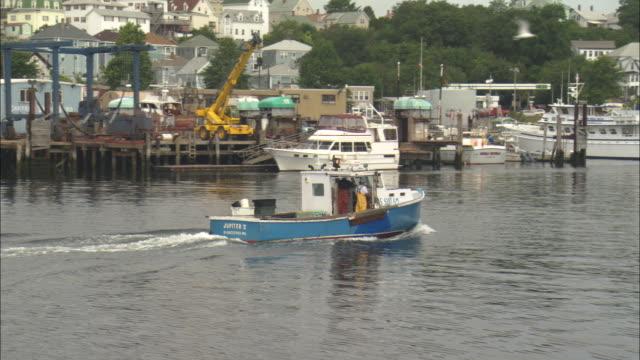 vídeos de stock, filmes e b-roll de a small fishing boat cruises into the harbor in portland, oregon. - passear sem destino