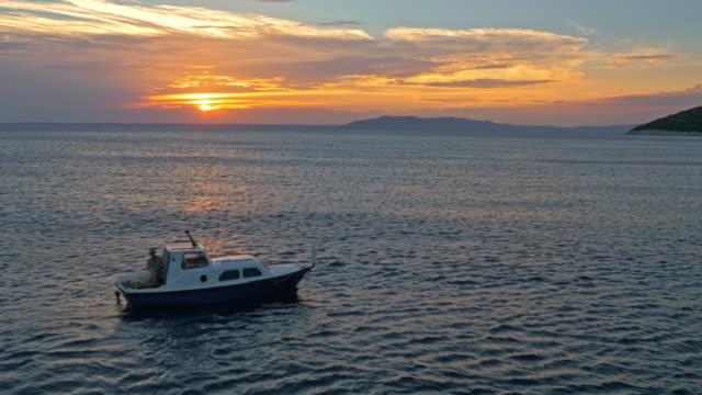 日没で空中小型漁船 - ツレス点の映像素材/bロール
