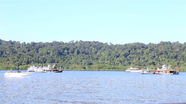 hd :小さな船の停泊しています。 - stationary点の映像素材/bロール