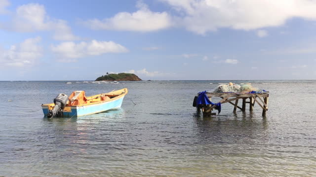 vidéos et rushes de small fishing boats on the island of martinique. - bateau à rames